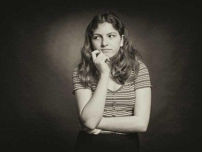 Devojka razmišlja, ilustracija za razvijanje kritičkog mišljenja