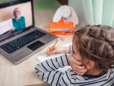 Učenica u toku online nastave