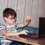 Učenik na online nastavi